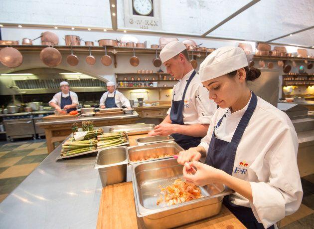 Si lavora senza sosta nelle cucine del Castello di Windsor. Qualche indiscrezione sul menù del royal