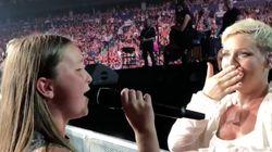 Pink chiede a una fan 12enne di cantare per lei. La sua reazione dice