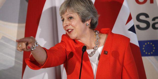 Theresa May ingabbiata nella Brexit, ipotizza il no deal:
