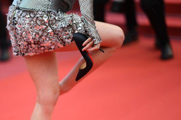 Kristen Stewart si ribella al dress code: via i tacchi, a piedi nudi sul red carpet di