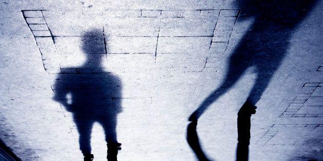 Il fidanzato la picchia e la butta per terra, i passanti impassibili: