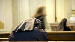 Suora colpisce più volte alla testa un sacerdote con un mattone: è giallo sul