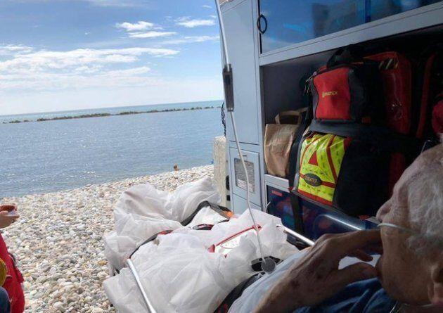 80enne di Marina di Carrara chiede di vedere il mare per l'ultima volta: l'ambulanza si ferma sulla