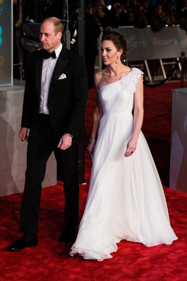 Kate Middleton in abito bianco ruba la scena alle dive degli