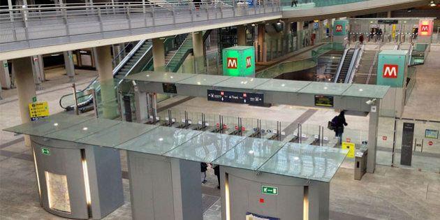 29enne si siede sulle scale mobili della metro di Torino: scivola e