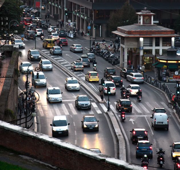Scatto del traffico in una via di