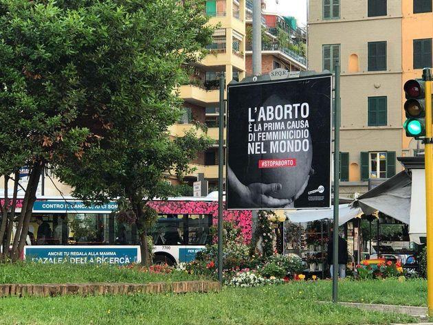 Una foto tratta dal profilo Twitter di Marcia per la vita mostra un manifesto pubblicitario con la scritta...