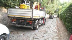 Lo scempio del traffico nel parco dell'Appia Antica: auto e Tir tra le vestigia dell'Antica