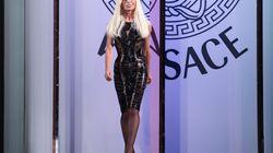 Micheal Kors fa shopping a Milano. Accordo per l'acquisto di Versace, alla famiglia quota di