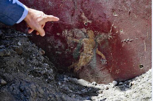 A Pompei torna alla luce il vicolo dei balconi: amorini, colori e anfore lasciate ad asciugare al