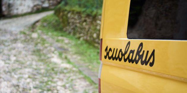 Un bambino di 3 anni è stato dimenticato dentro uno scuolabus per 6