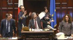 Tensione alla Camera, da M5s gesto delle manette contro il Pd. I dem contro