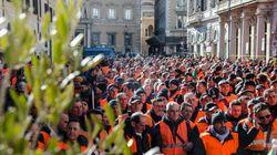 Gilet arancioni protestano a Roma, sfila una bara colma di bottiglie d'olio: