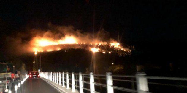 L'incendio ad Avane visto da Ponte a Serchio, 25 settembre 2018.ANSA/GABRIELE