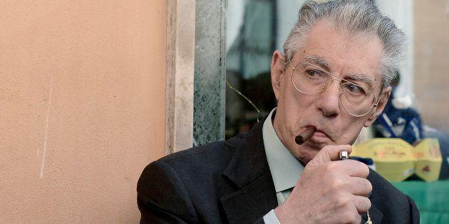 Caduta in casa per Umberto Bossi, trasportato in ospedale in