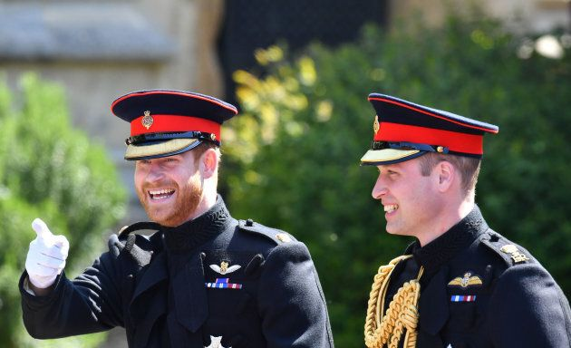 Il principe Harry (con barba e divisa) fa il suo ingresso al