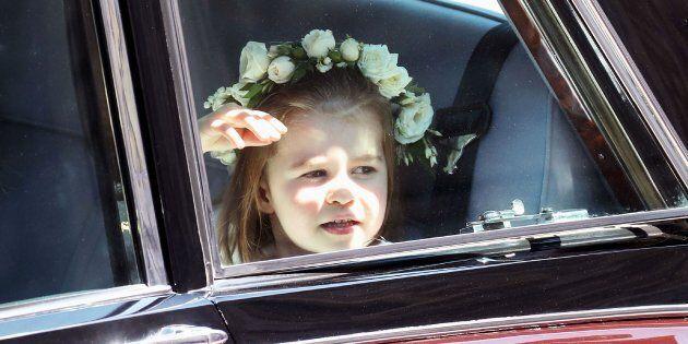 Charlotte ricorda sempre più la Regina: sguardo ai sudditi e saluto