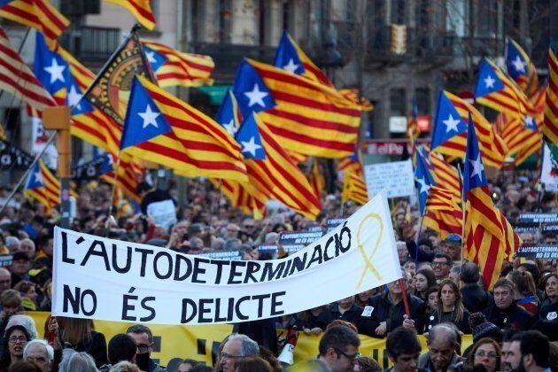 Sfila l'orgoglio indipendentista nelle strade di Barcellona. Lo striscione