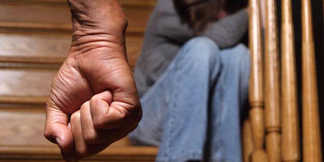 Militare violenta la figlia per 5 anni, arrestato ad Anzio. Il ministro Trenta: