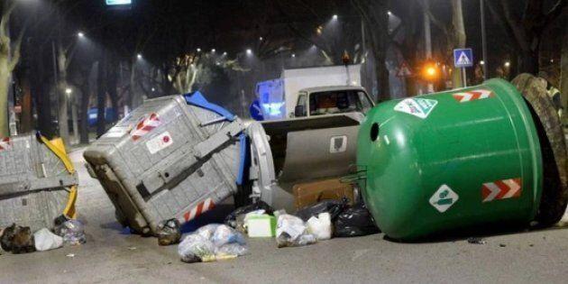 Nigeriani in rivolta a Ferrara, urla e bidoni a terra. Salvini: