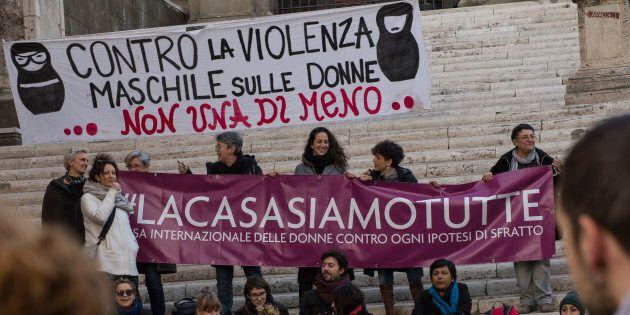 Al via la raccolta firme a sostegno della Casa delle Donne. Virginia Raggi:
