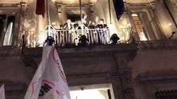 Di Maio e i ministri M5S acclamati dalla folla si affacciano al balcone di Palazzo Chigi: