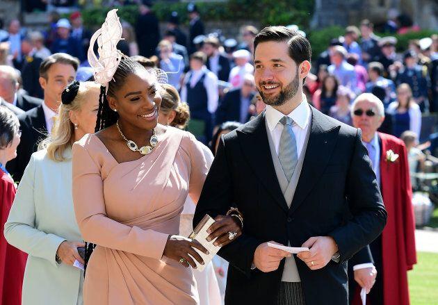 Serena Williams indossa le scarpe da ginnastica sotto l'abito di Valentino per la cerimonia del Royal