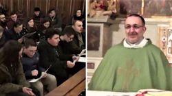 Sorpresa in chiesa: il coro canta