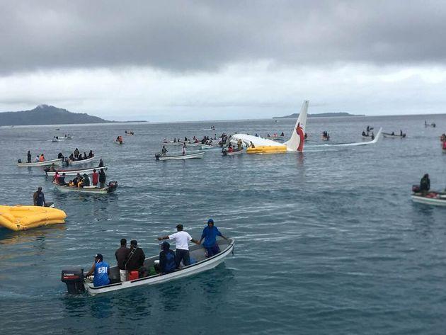 Un aereo della Air Niugini manca la pista di Chuuk Island e finisce nel mare della laguna. Salvi tutti...