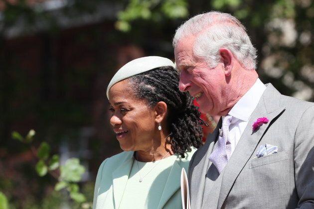 I gesti di Carlo nei riguardi della madre di Meghan hanno un significato (secondo gli esperti di linguaggio...
