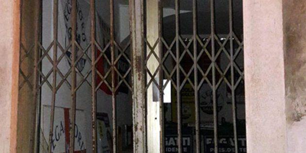 L'esplosione nella notte di una bomba carta ha mandato in frantumi alcuni vetri della sede della Lega...
