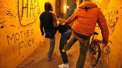 Minorenni massacrano un coetaneo per 100 euro e filmano la violenza: inchiodati dal video finito in