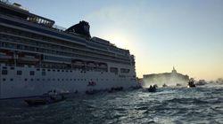 Fumogeni e uova su una nave Msc. A Venezia torna la protesta del comitato