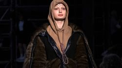 La modella sfila con un cappio al collo, bufera su Burberry (che si scusa).