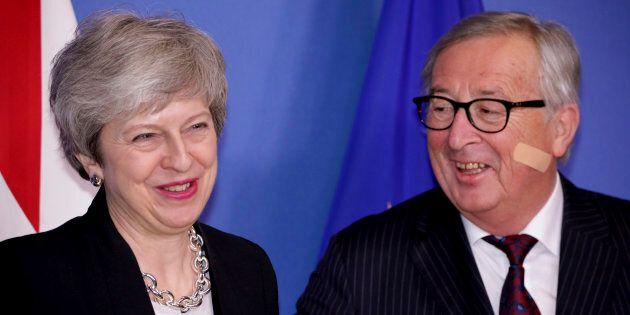 Juncker incontra May con un cerotto in viso e scherza: