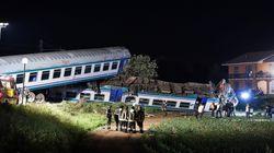 Scontro fra un treno e un tir sulla Torino-Ivrea, due morti e 18