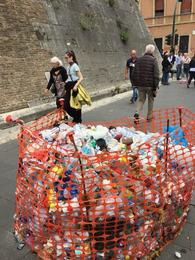 Degrado rifiuti a Roma, la buca diventa discarica davanti ai Musei