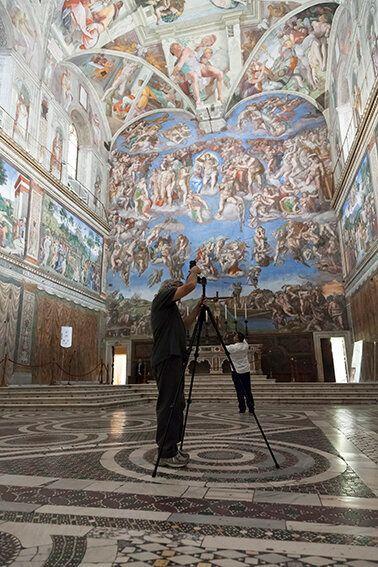 Bill Armstrong mentre lavora in Cappella Sistina Foto Alessandro Prinzivalle © Governatorato SCV - Direzione...