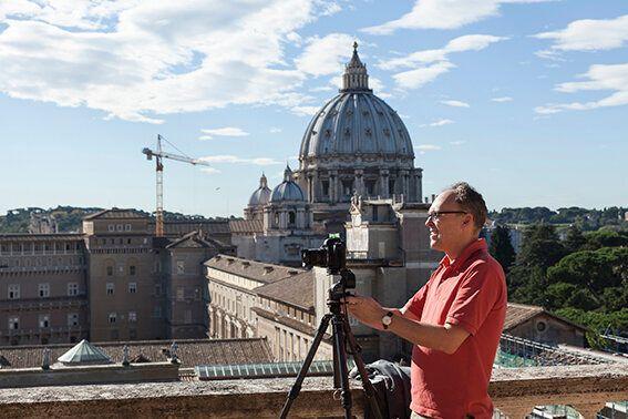 Peter Bialobrzeski mentre lavora sul tetto del Braccio Nuovo Foto Alessandro Prinzivalle © Governatorato...