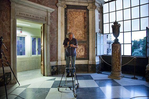 Alain Fleischer mentre lavora presso l'Appartamento di San Pio V Foto Alessandro Prinzivalle © Governatorato...