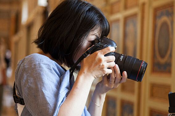 Rinko Kawauchi mentre lavora nella Galleria della Biblioteca Foto Alessandro Prinzivalle © Governatorato...