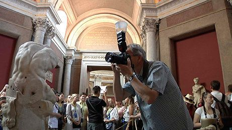 Martin Parr mentre lavora nel Museo Pio Clementino Foto Alessandro Prinzivalle © Governatorato SCV -...