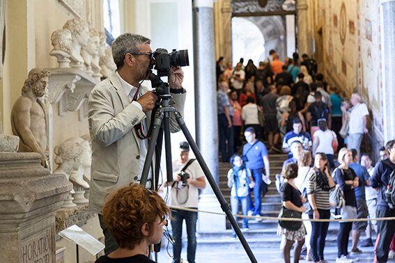 Massimo Siragusa mentre lavora nella Galleria Chiaramonti Foto Alessandro Prinzivalle © Governatorato...