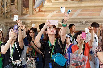 Martin Parr Vatican Museums, 2015 Visitatori fotografano il biglietto d'ingresso nella Stanza della Segnatura...
