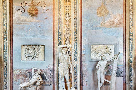 Massimo Siragusa Spazio e Materia, 2015 Parete della Galleria delle Statue. Al centro la statua di Amazzone...