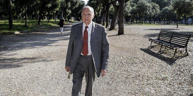 In un'immagine esclusiva dell'ANSA Paolo Savona passeggia a Villa Borghese, Roma, 25 maggio 2018. ANSA/RICCARDO