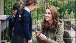 La bambina chiede a Kate perché tutti la fotografano. La sua risposta è