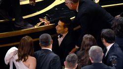 Rami Malek cade dal palco dopo aver ritirato il premio