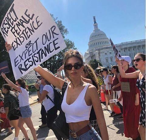 300 arresti fra i manifestanti contro Kavanaugh alla Corte Suprema. Tra i fermati Emily Ratajkowski e...