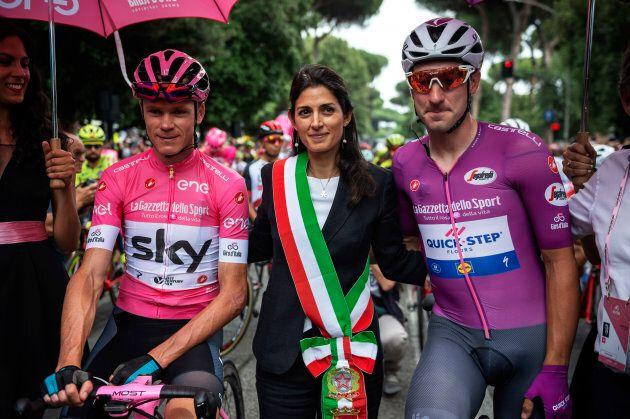 La sindaca di Roma Virginia Raggi in compagnia del vincitore del Giro Chris Froome e del velocista italiano...